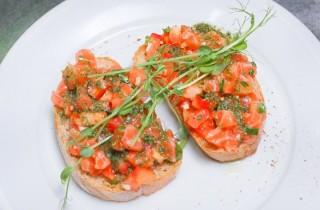 Брускетта с лососем и помидорами