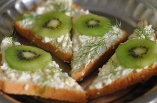 Бутерброды с киви и сыром