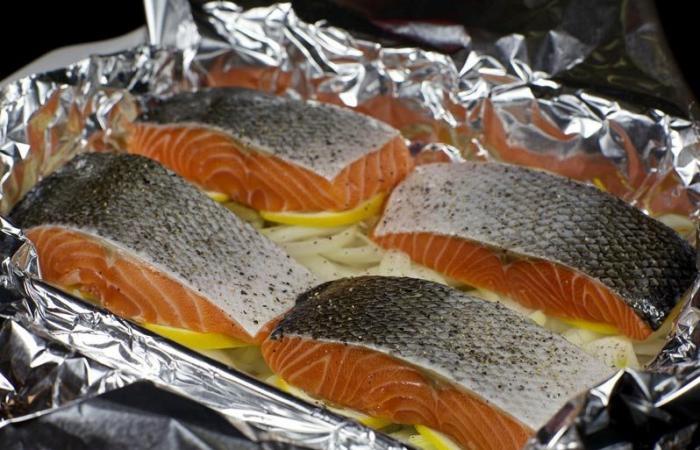 Запекаем рыбу в фольге духовке с фото