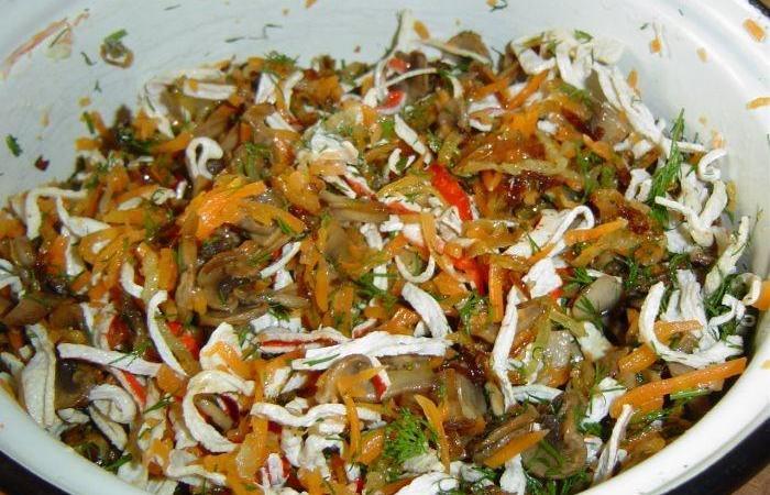 Салат крабовый с жареным луком и морковью