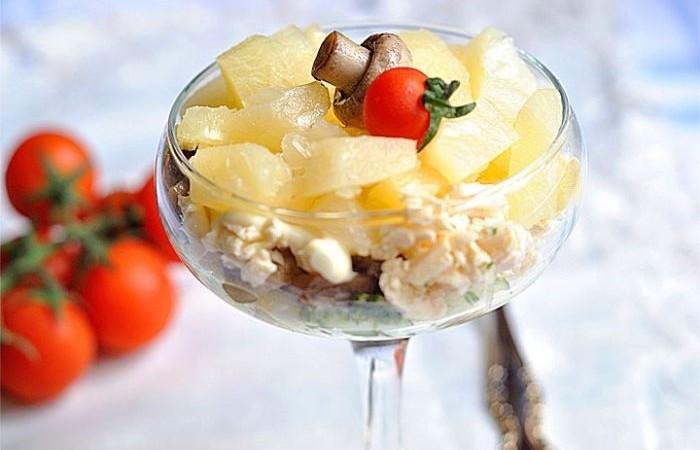 Салат из шампиньонов консервированных ананасов