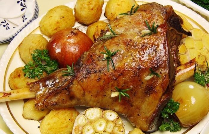 баранья нога с картошкой запеченная в духовке