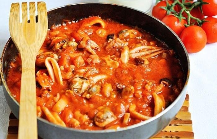 Макароны с морепродуктами в томатном соусе рецепт