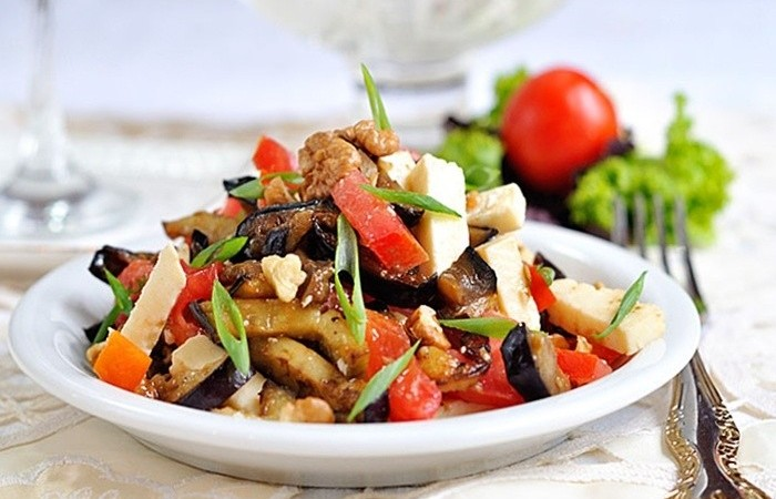 Теплый овощной салат с баклажанами