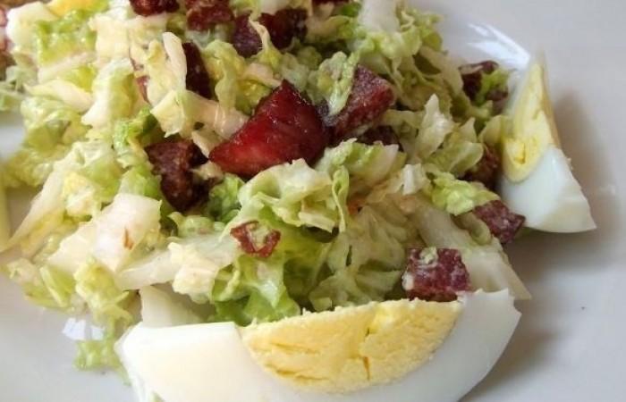 Салат из пекинской капусты с колбасой и яйцом