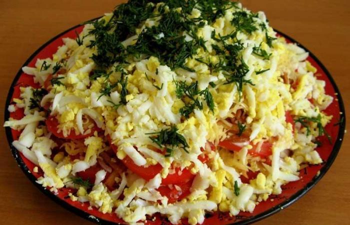Рецепт слоеного салата с сыром и помидорами